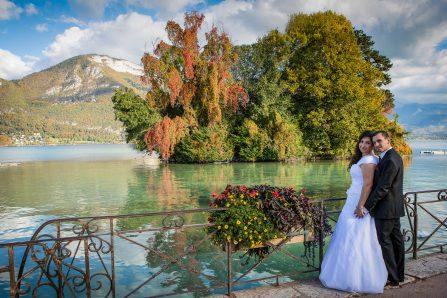 Mariés au bord du lac d'Annecy en été
