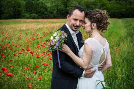 Photo de mariés dans un champs