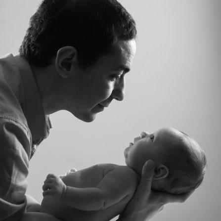 Photographie de studio professionnel papa et bébé